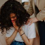 persona apoyando a una mujer que llora