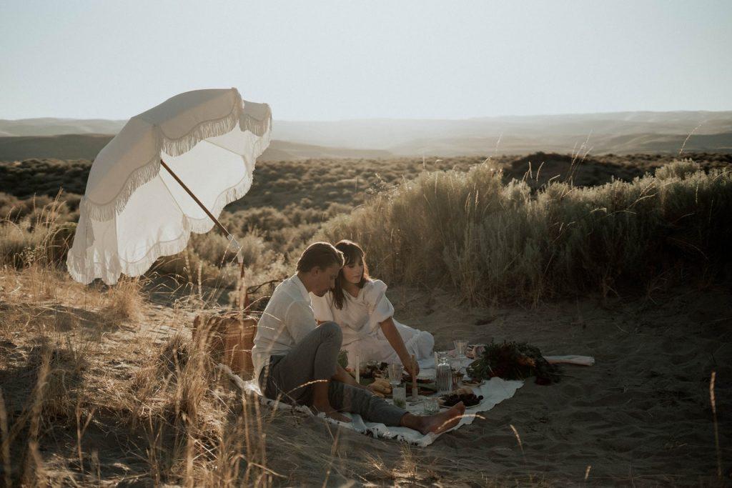 pareja haciendo un picnic romántico en la playa