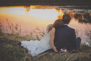 recién casados viendo la puesta de sol